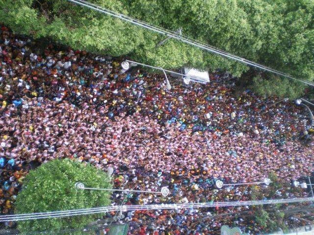 Foto que, infelizmente, não sei de quem é, mas mostra claramente o absurdo que os blocos 'com corda' fazem, separando brancos de negros no Carnaval da Bahia